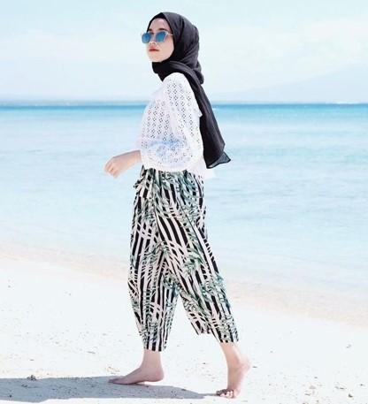 Referensi Banget Style Hijab ke Pantai yang Kece Banget di 2020 - Referensi Banget Style Hijab ke Pantai yang Kece Banget di 2020