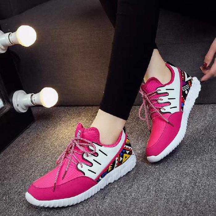 Referensi Sepatu Olahraga Wanita Berdesain kece